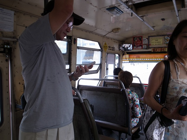 <p>a)バスに乗って水曜のマーケットへ<br /> 一人7.5バーツ</p>