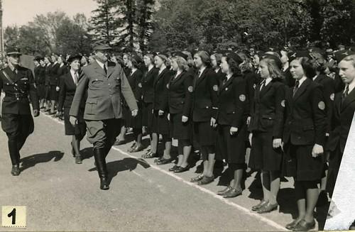 Vidkun Quisling inspiserer Hirdkvinnene på Slottsplassen 17. mai 1943.