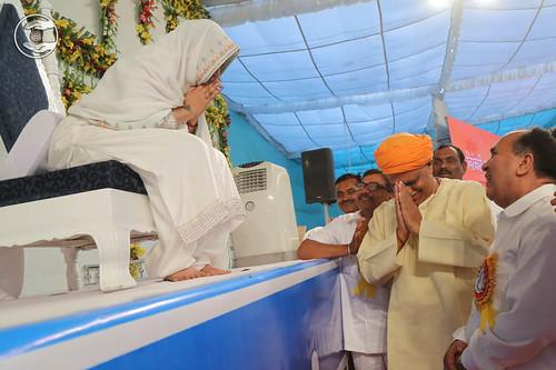 Virender Singh, Member of Parliament Bhadohi, seeking blessings