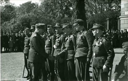 Vidkun Quisling inspiserer norske frontkjempere foran slottet 16. og 17. mai 1943.