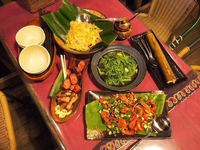 烤山豬肉、金瓜米粉、炸溪蝦、竹筒飯,豐盛又美味的晚餐