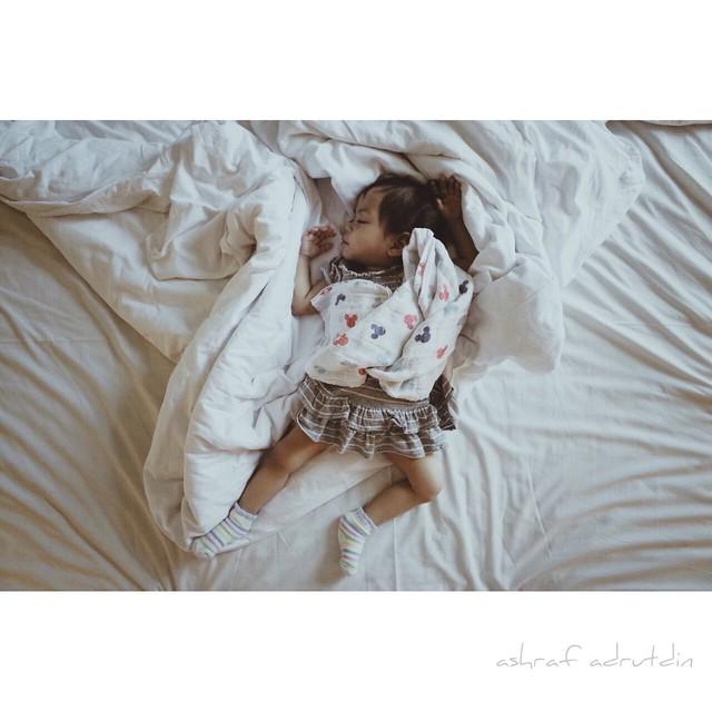 pejamkan kedua matamu. sambutlah hangat dalam pelukku. #jb #johorbahru #malaysia #daughter #amna #matahatitelinga #maliqndessentials #bed #sleep #vscocam #ricoh #ricohgr #kids #portrait #kitajatuhcinta