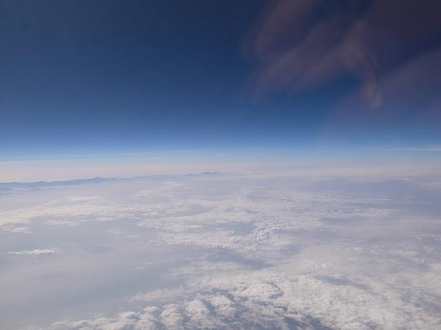 <p>c)雲の上</p>