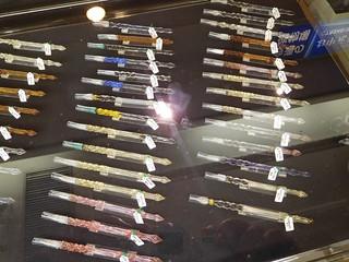 ショーケースに並んだガラスペン   by 5eki