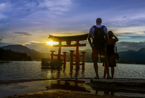 japan hiroshima itsukushimashrine people sunset reflection outdoors scenery torii hatsukaichi silhouette 日本 廣島 嚴島神社 夕陽 日芒 廿日市市 剪影 倒影