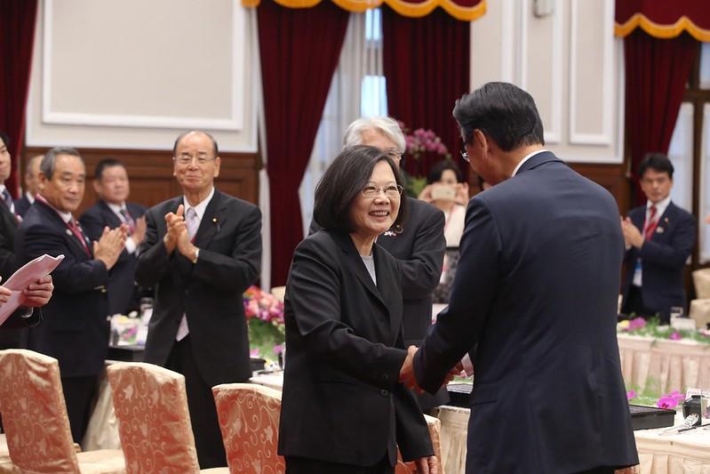 10.10 總統與來訪的日本國會眾議院議員古屋圭司(Furuya Keiji)握手