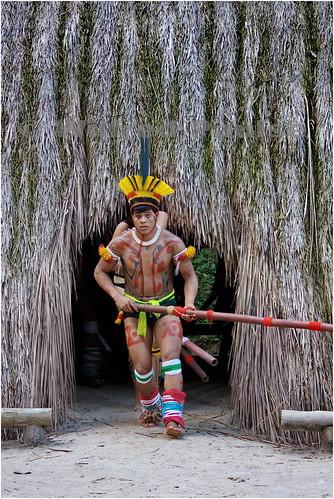 IMG_0300 Kuikuro saindo da oca para apresentar sua dança e musica (com taquara na mão) na Toca da Raposa, São Paulo