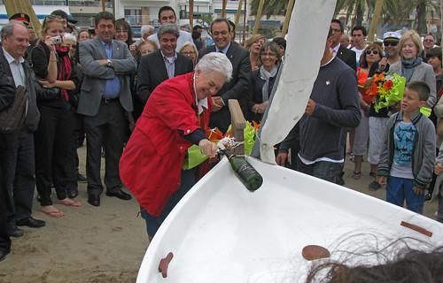 Bateig de les barques: trencant l'ampolla de cava sobre la Mar Mitic