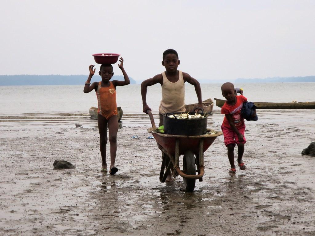 Niños pescadores tras la pesca | Niños pescadores de vuelta … | Flickr