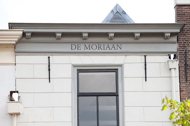 Huize 'De Moriaan' - geveldetail. De naam van het huis is hier duidelijk zichtbaar. Foto: Anna van Kooij.