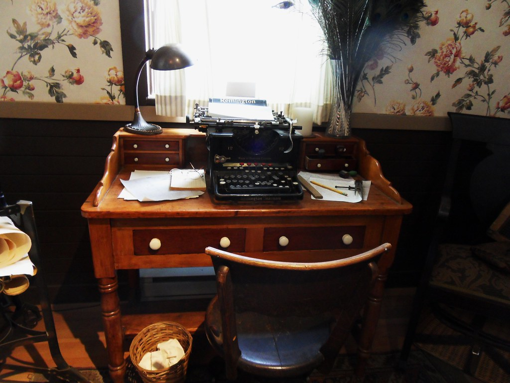 Awe Inspiring Antique Desk And Chair With Typewriter Samsung Digital Cam Download Free Architecture Designs Embacsunscenecom