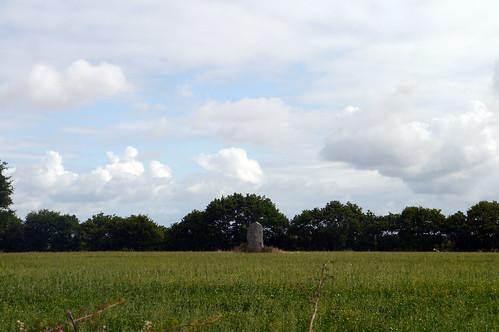 La Grosse Pierre en plein milieu du champ   by Groume