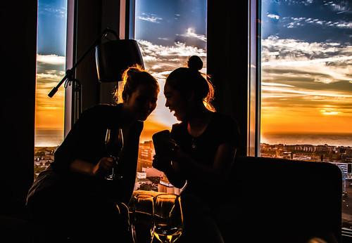 utsikt ljus glass cityview view color sunset restaurant himmel city silhoutte malmhattan moln malmö sky light clouds europe malmölive silhuett solnedgång skybar people bar skånelän sverige se