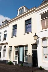 <p>Het pand Lange Lauwerstraat 18 heette van oorsprong 'De Kerkkroon', het had een kerkkroon als uithangbord, waarschijnlijk op de plaats waar de lantaarn nu hangt. Foto: Anna van Kooij.</p>