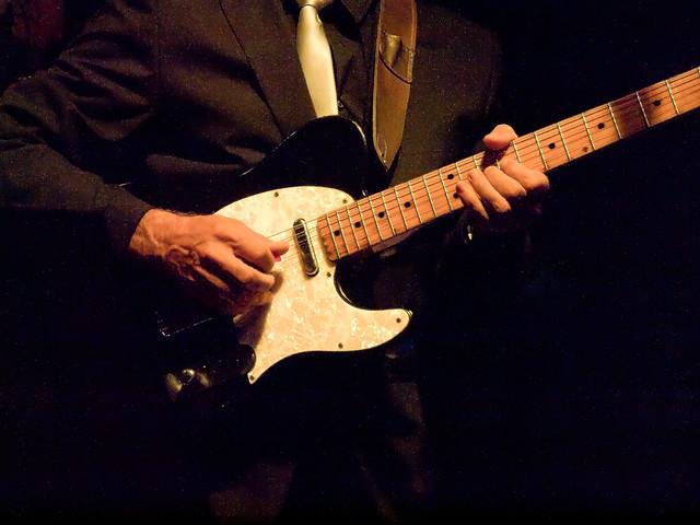Guitarra i mans de guitarrista