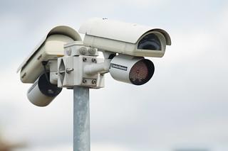 Caméra de vidéo-surveillance   by zigazou76