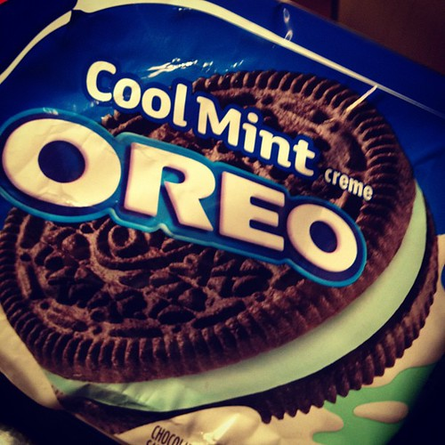 Has anyone else made the happy, but unfortunate, discovery that Mint #Oreos taste just like Girl Scout Thin Mint cookies? #HelpMe | by Amy Windsor