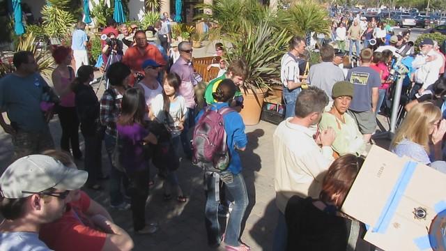 MVI_5611 pan of venus transit crowd 530pm