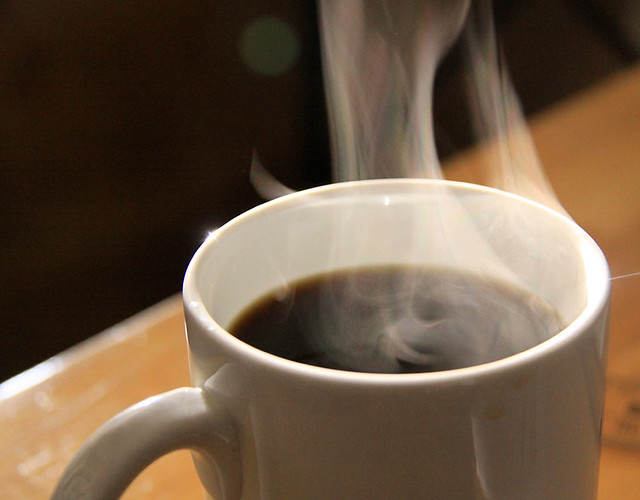 tasse de café bien chaud avec de la vapeur