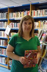 En la imagen se puede ver a Juani Linares, lectora del mes de julio en la categoría de adultos/as.