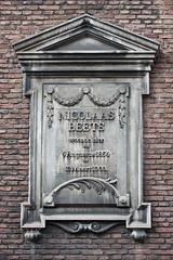 <p>Detailfoto van de herdenkingssteen voor Nicholaas Beets.Foto: Anna van Kooij.</p>