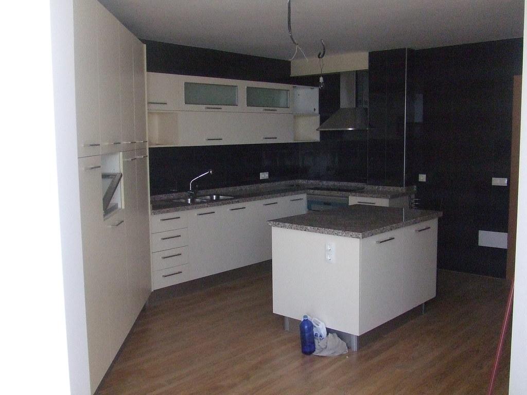 Cocina piso con suelo laminado.