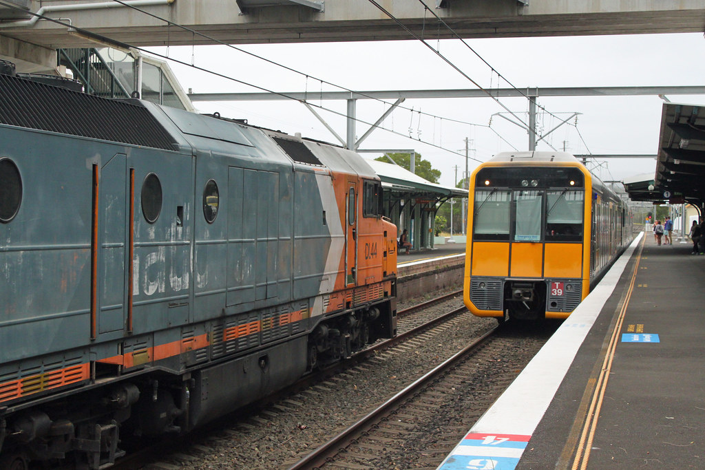 DL44, 8101 1933 cross T39 UP pass Thirroul by Thomas
