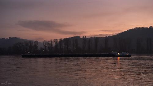 sonya7m2 minolta rokkor rokkorlens minoltamd35mmf28 rhine rhein reno flus fiume river riverrhine sunrise vessel barge lastschiff schiff frachtschiff clouds cloud wolken