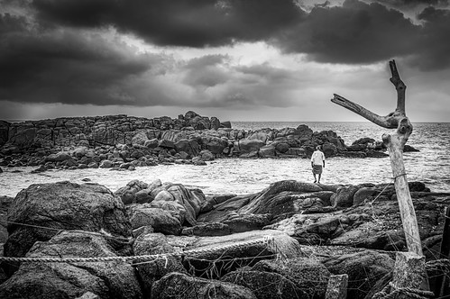 rocks beach lighthousebeach kovalam kerala trivandrum thiruvananthapuram ropes painters moorings bw monochrome clouds overcast india
