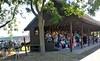 Die Publikumstribüne für der einstündige Pferde- und Reit-Show in der Biczó Tscharda