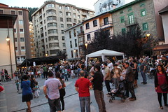 En la imagen se puede ver el público abarrotando la plaza Cardenal Orbe