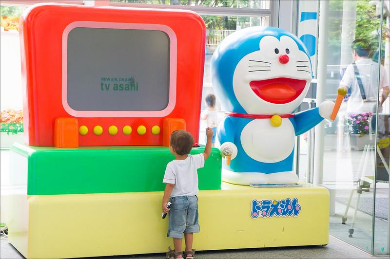 Eric y Doraemon en el hall de TV Asahi