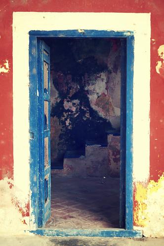 Puerta colonial azul