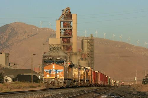 unionpacific ge et44ac locomotive freighttrain train sunset goldenhour lehighsouthwestcement monolith california