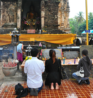Worshippers at Wat Jet Yot | by Buzz Hoffman