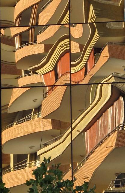 reflet d'un immeuble dans un autre