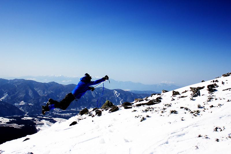 網笠山の山頂でジャンプ