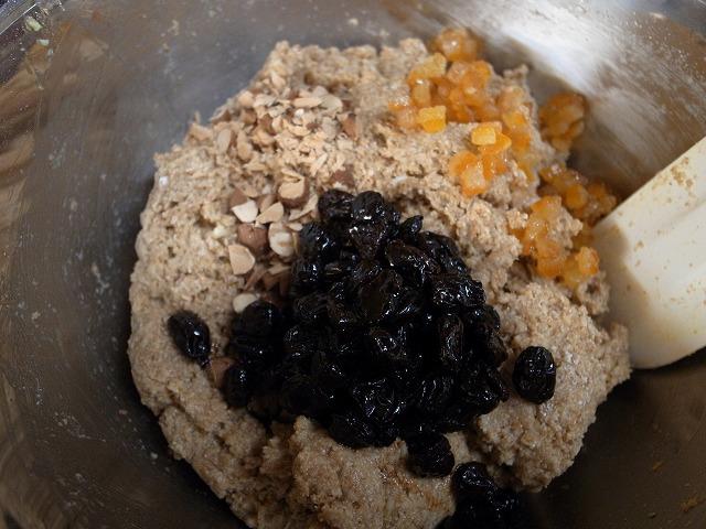 <p>f)ラムレーズン、オレンジピール、松のみ、ナッツなどを混ぜ</p>