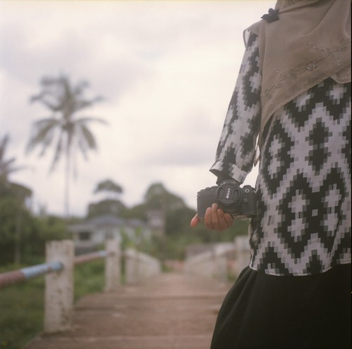 friends people 120 tlr film mediumformat kodak portraiture malaysia analogue yashica 2012 kelantan 160 80mm mat124g yashinon binjai 8800f negativescanned ƒ35 ektacolorpro kampungteras facelessportraitureseries