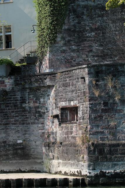 Infanteriebunker Alte Universität A2873 ( Bunker - Militärbunker ) des Stadtkommando Basel der Grenzbrigade 4 aus der Zeit des zweiten Weltkrieg am U.fer des R.hein - H.ochrhein im Kanton Basel Stadt der Schweiz