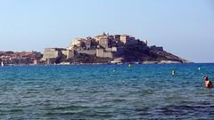 Вид на город Calvi с пляжа