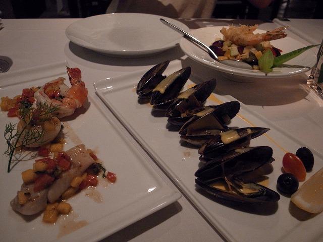 <p>c)ロータスレストラン<br /> 魚介のソテー&amp;ムール貝&amp;フルーツサラダ</p>