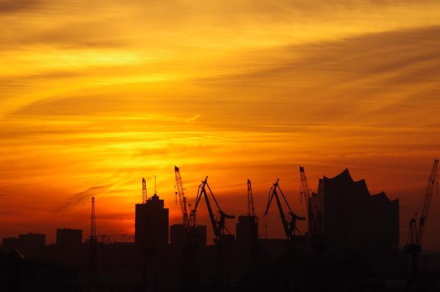 Hafenskyline bei Sonnenaufgang