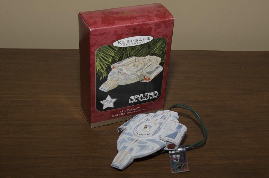1997 Hallmark Keepsake Ornament Star Trek U.S.S Defiant Deep Space Nine NEW