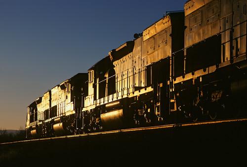 railroad sunset up train utah ut lowlight wash wellington unionpacific glint riogrande emd tunnelmotor sd40t2 coaltrain drgw denverandriograndewestern