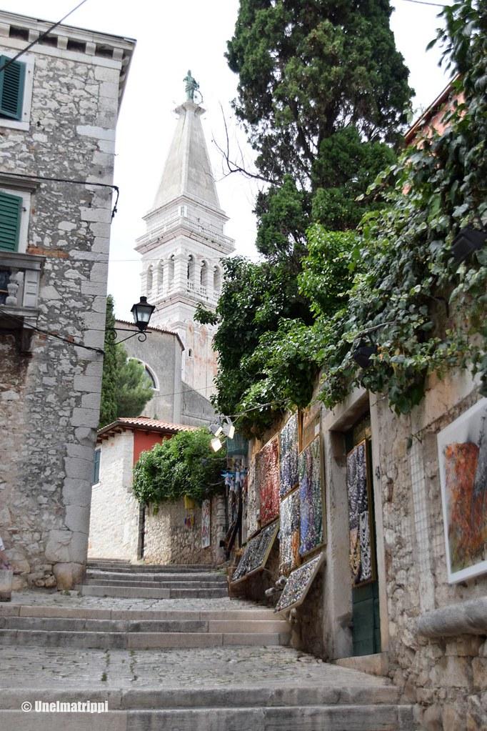 Kirkolle nousevat portaat Rovinjissa