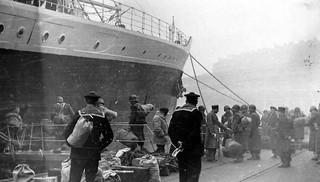 Embarquement (pas marrant) à la Joliette port de Marseille pour Oran - 1955 - Photo JP Vasse (Retina Kodak)