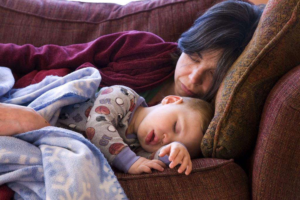 Mamma e figlio dormono sul divano