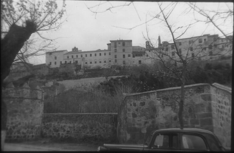 Murallas de Toledo a mediados del siglo XX. Entorno del Hostal del Cardenal. Fotografía de Santos Yubero © Archivo Regional de la Comunidad de Madrid, fondo fotográfico