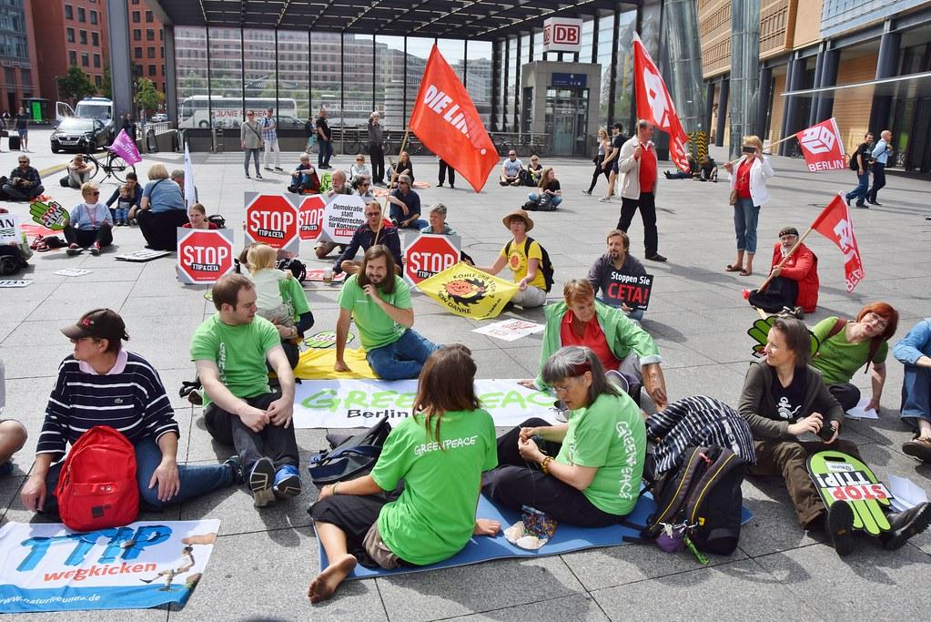 21.08.16: Aktions-Flashmob: Es ist 5 vor CETA!